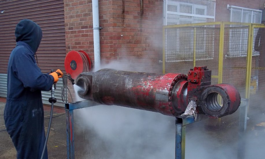 Cleaning of hydraulic cylinder